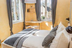 Schönes helles Eckzimmer mit Blick richtung Bodensee.